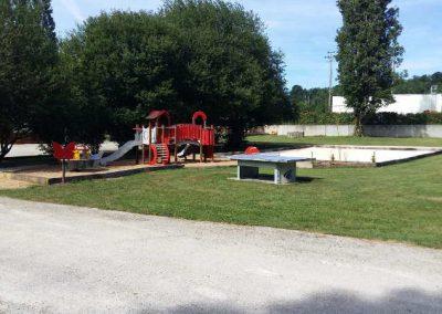 Aire de jeux pour enfants, table de ping-pong, terrain de pétanque