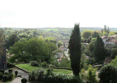 Jardin des arts véritable belvédère dominant la vallée du Bandiat
