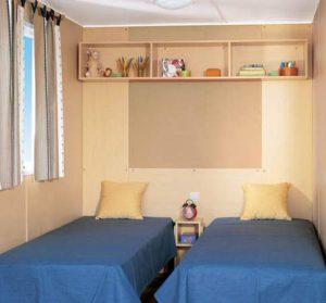 Mobil-home familial chambre lits doubles