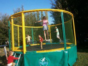Le camping met à disposition des petits et des grands un trampoline